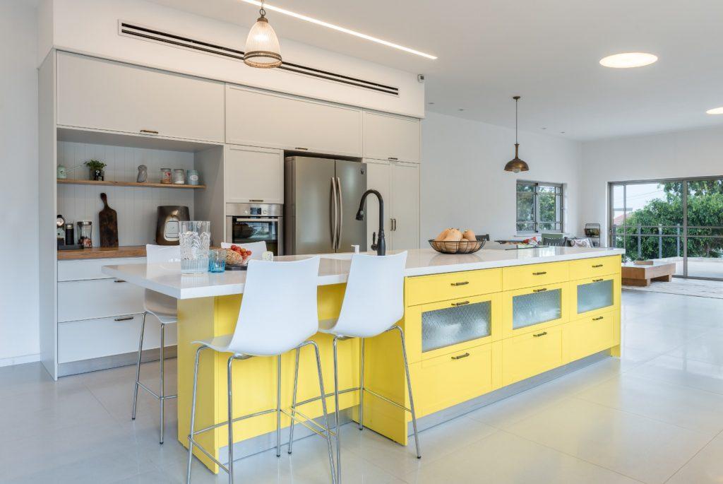 מטבח כפרי משולב מודרני בנגיעות צהוב